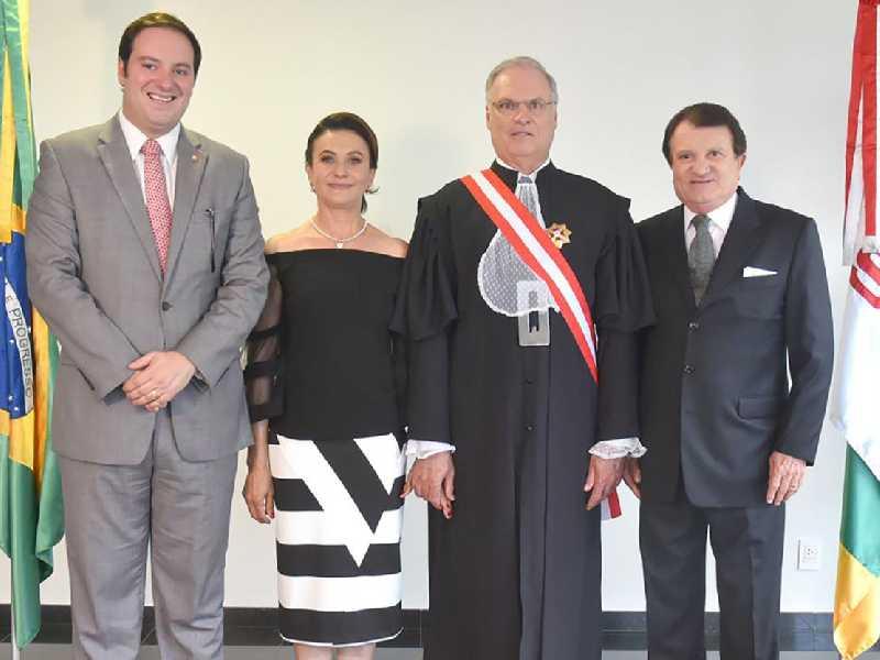 Desembargador Luiz José Dezena da Silva, no cargo de ministro do Tribunal Superior do Trabalho, o empossado ao lado de sua mulher Maria Romualdo e dos advogados, Guilherme e Estenio Campelo
