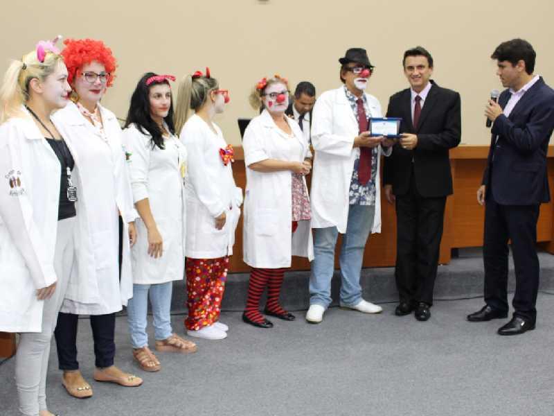 """""""Doutores da alegria"""", um grupo de voluntários que têm mantido um projeto social junto a Santa Casa"""