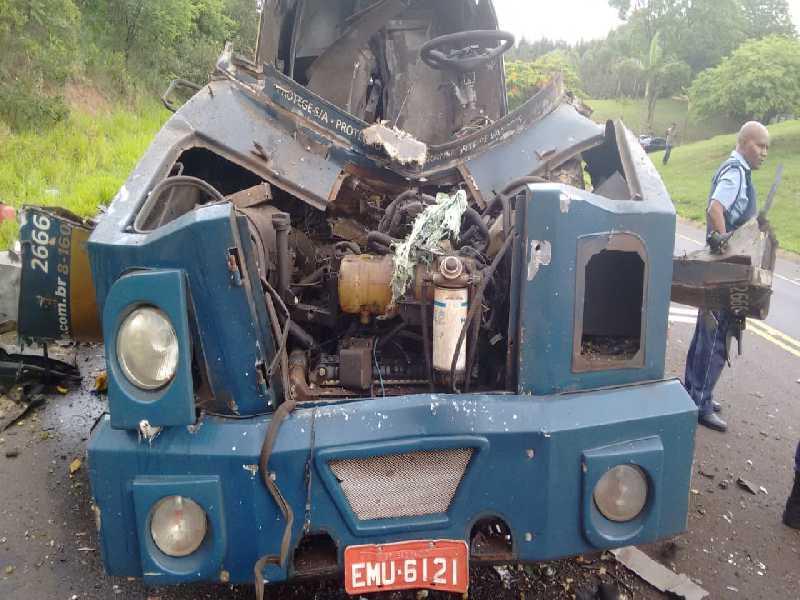 Veículo foi abordado no KM 2 da Rodovia Abraão Assed. Após render ocupantes, criminosos usaram explosivos para abrir carro-forte