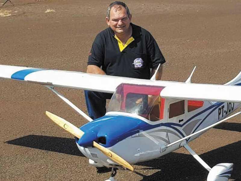 O Piloto e mecânico industrial Francisco e seu avião aeromodelo que voa atravéz de Rádio Controle Transmissor