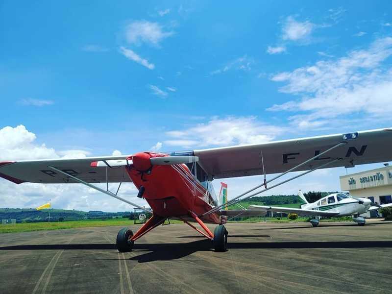 De frente ao avião de instrução de vôo da marca Aero Boero e ao fundo o avião da marca Tupi, também de instrução de vôo, ambos pertencem ao Aero Clube de Paraíso