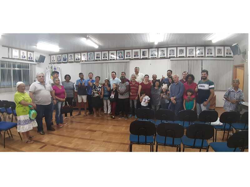 Prefeito, vereadores e famílias beneficiadas comemoram aprovação de projeto que prevê doação dos imóveis em São Tomás