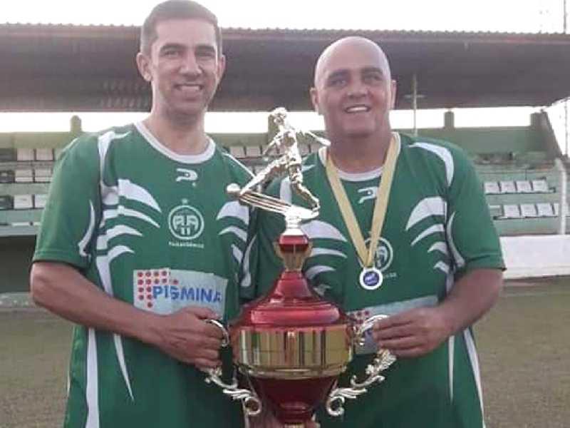 Atacante Cambola e equipe comemoraram mais uma conquista de campeonato pela Paraisense