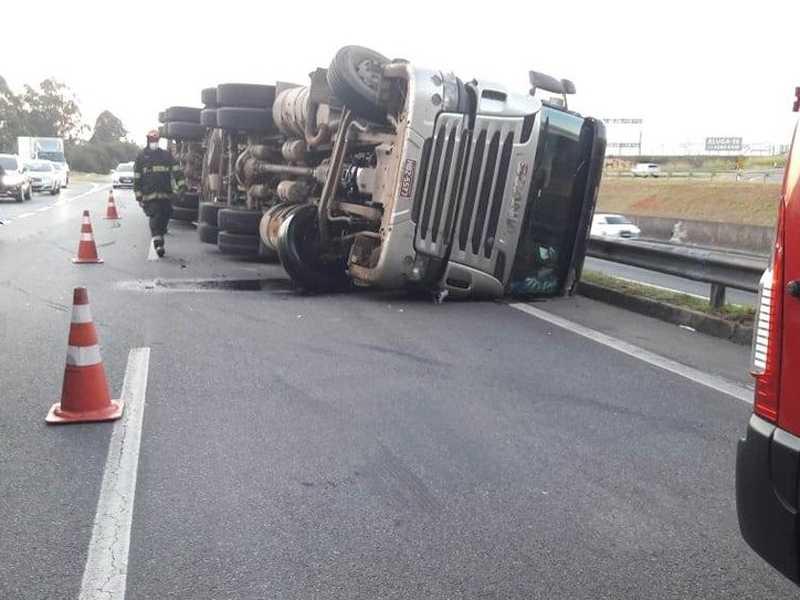 Caminhão ficou na pista e somente seria removido nesta segunda-feira