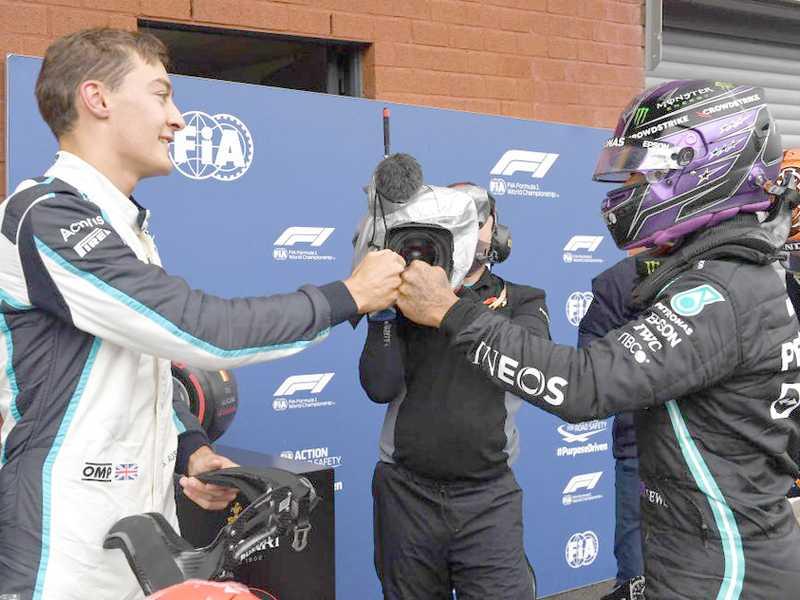 George Russell (E) e Lewis Hamilton (D) serão companheiros na Mercedes em 2022