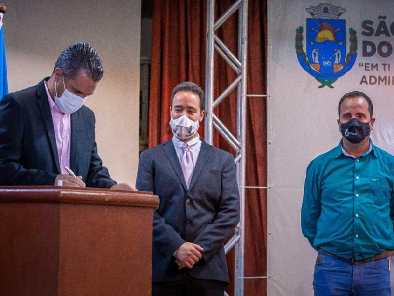 Depois de anunciar obras, prefeito Marcelo, vice Daniel e o presidente da Câmara Lisandro assinam compromisso para realização das mesmas