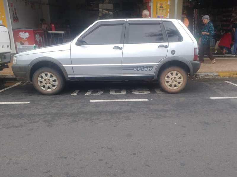 Nesta semana, bem no centro da cidade, veículo estacionado irregularmente na vaga exclusiva para idosos