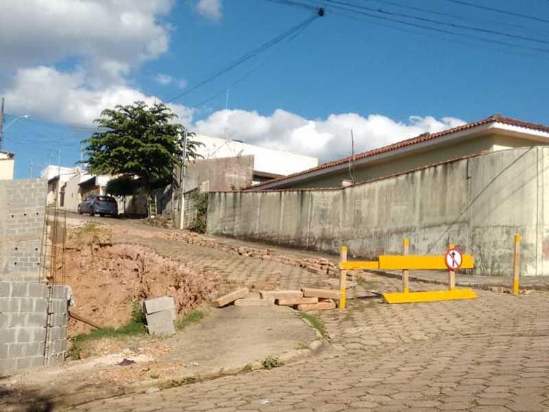 Devido a rua Alfredo Fidélis Marques estar interditada neste trecho, condutores de veículos estão transitando na contra mão na rua José de Bello