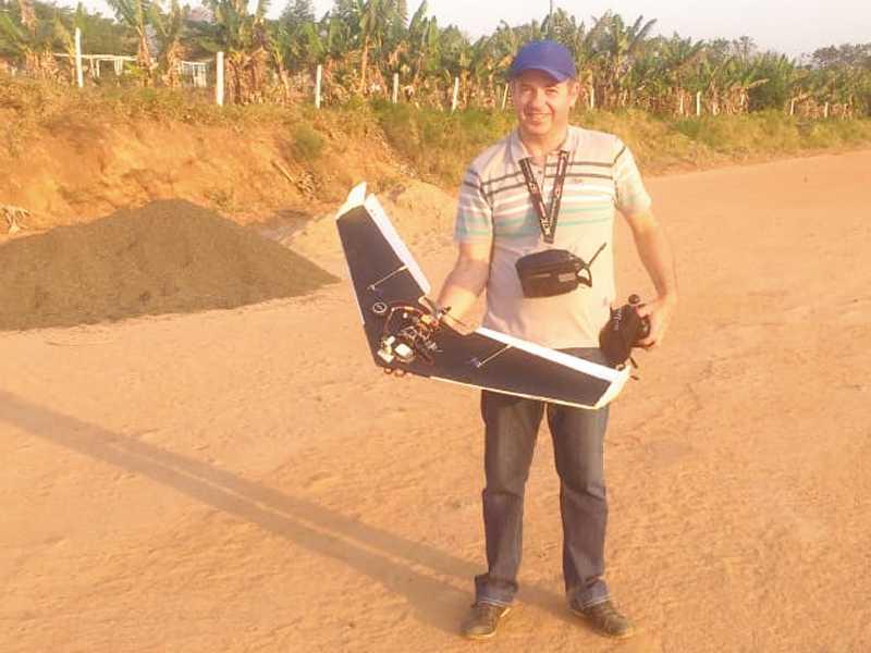 O Piloto e Instrutor Paraisense Lúcio Flávio Furtado com o seu Aeromodelo AZAZAGI que faz voo noturno