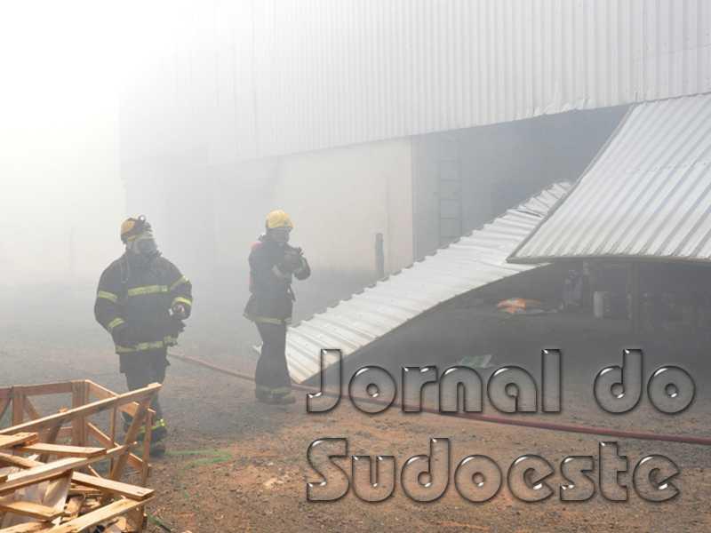 Bombeiros enfrentaram muita fumaça no combate ao incêndio impedindo que o fogo se alastrasse para outras áreas