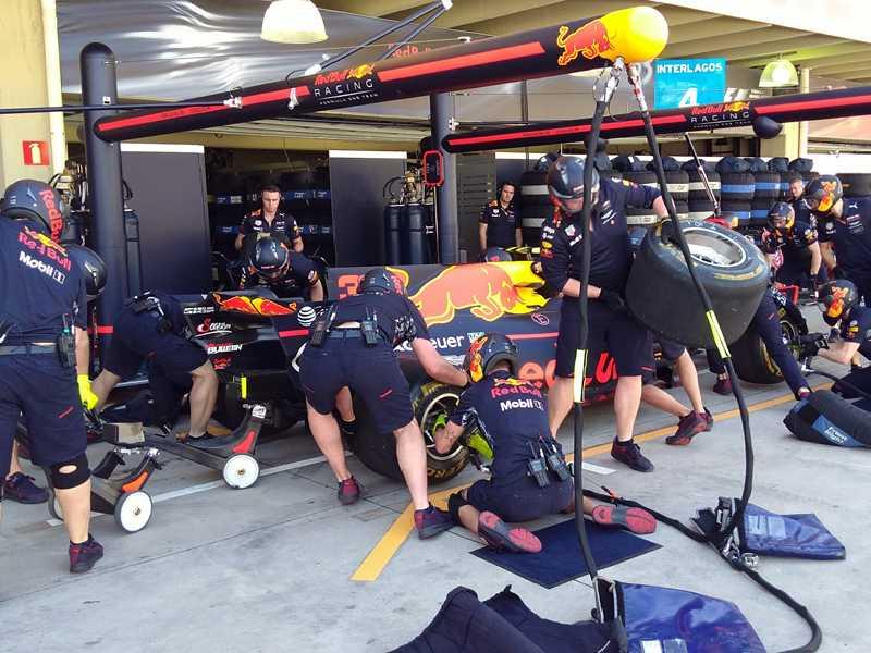 Entre um treino e outro, mecânicos treinam exaustivamente pit stop nos finais de semana de GP
