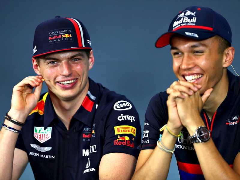 Alexander Albon(D) ao lodo de  Max Verstappen(E), companheiros de equipe da Red Bull até o final do ano