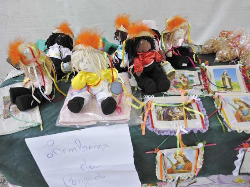 Bonecas de tecidos estilizadas de congadeiros são lembranças da tradicional festa de Paraíso