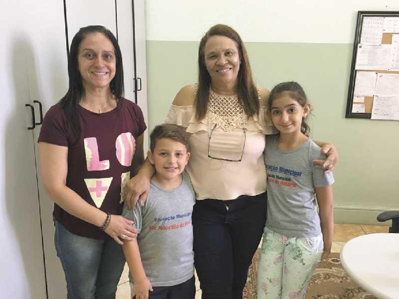 As professoras Elaine Amaral (à direita) e Lucia Guimarães (à esquerda), e os alunos Miguel Bonifácio e Ana Clara