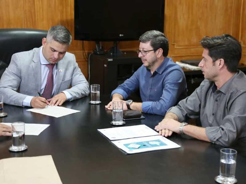 Secretário assinou autorização aos prefeitos para que municípios de Paraíso e Lagoa da Prata possam fazer licenciamento