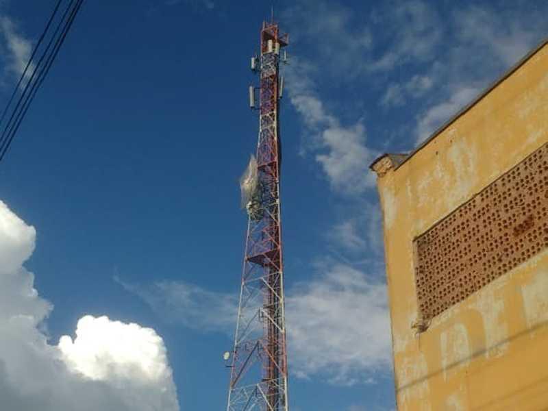 Torre de Telefonia celular que fica ao lado da Praça de Esportes Castelo Branco, a lâmpada de alerta de cor vermelha não acende durante a noite