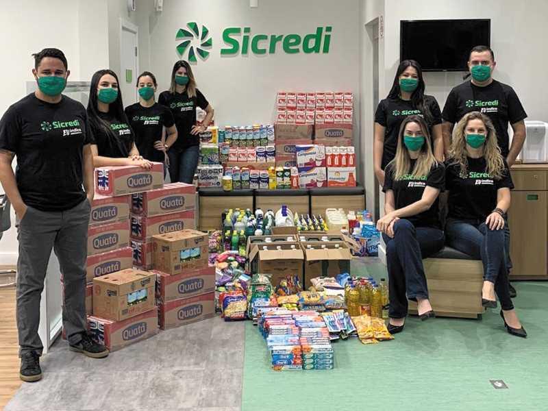 Equipe do Sicredi e doações arrecadadas
