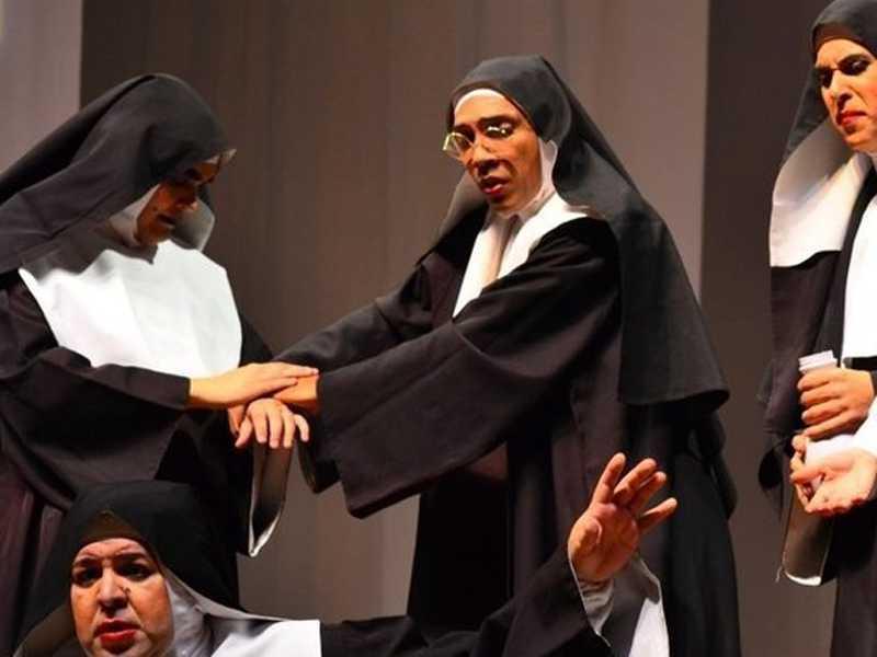 Irmãs contracenam durante a comédia que conta várias histórias e reúne personagens cômicos