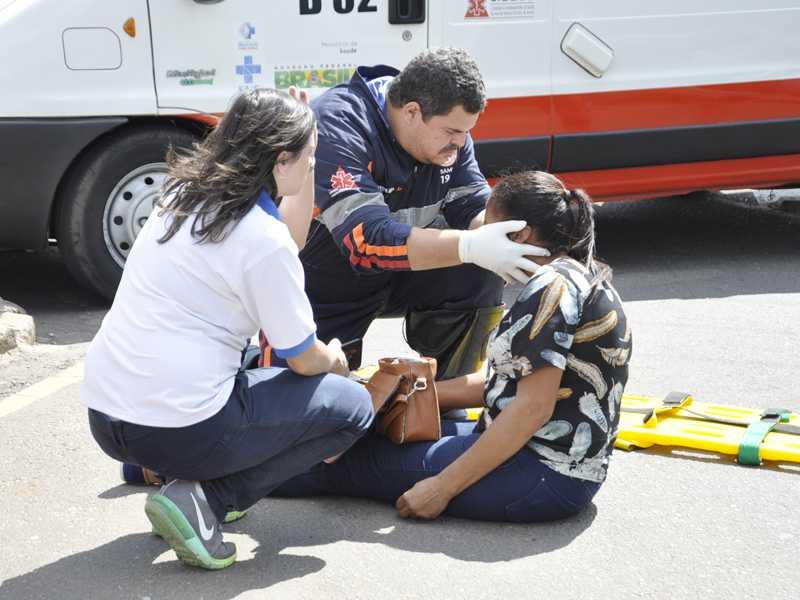 Mulher foi atropelada e recebe atendimento próximo a Praça Dr. Joaquim Mário