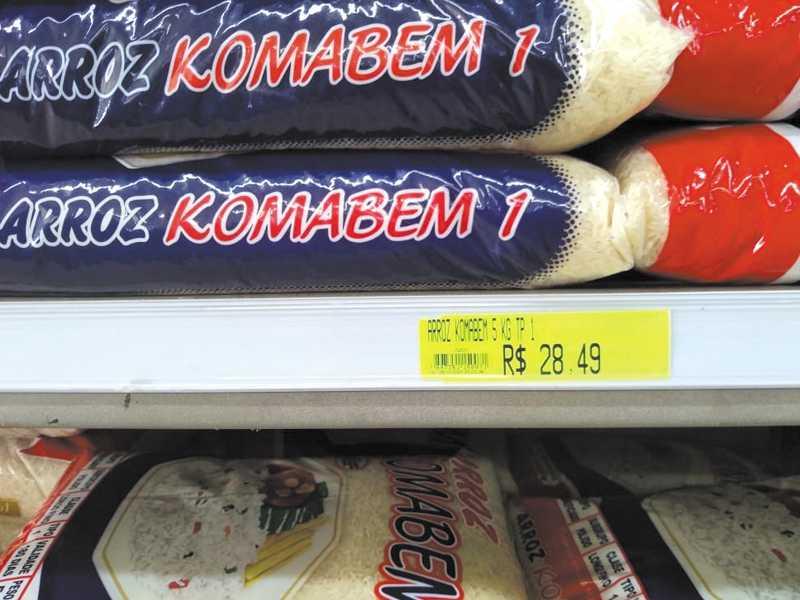 Pacote de arroz de 5 quilos de preço popular que custava  no início deste ano em média R$13.00, atualmente  custa R$28.49, teve um aumento de mais de 100%