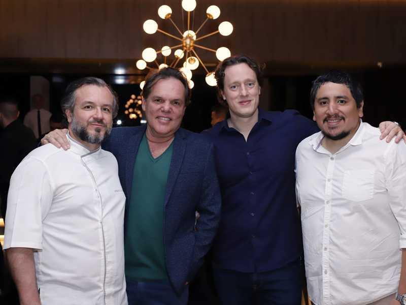 O chef Renato Carioni, o arquiteto George Zardo e os donos da casa, Leonardo Recalde e Marco Espinoza, na noite de inauguração do Così, o estrelado restaurante italiano que abriu suas portas no Brasília Shopping