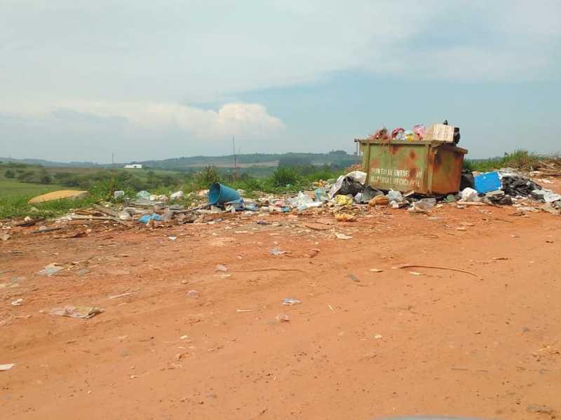 Depósito de lixo clandestino bem próximo de umas das cabeceiras da pista do Aeroporto Municipal