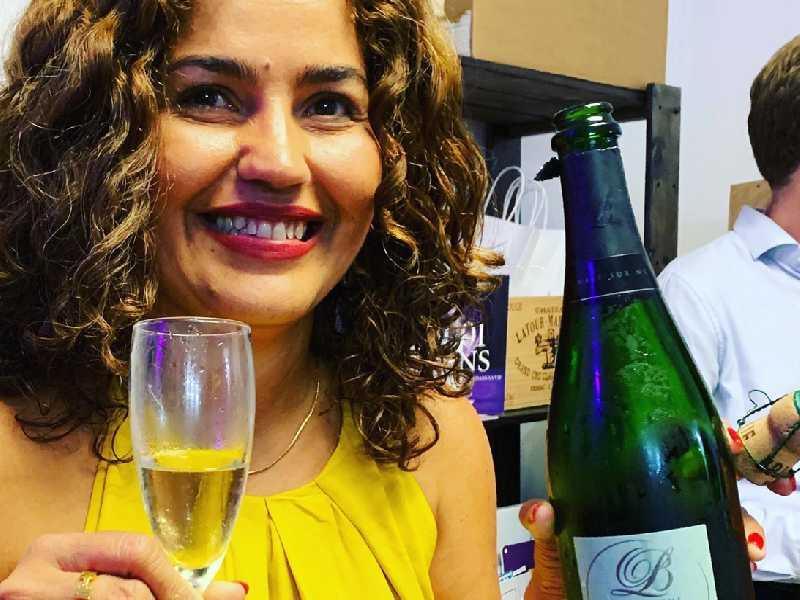 Larissa Assunção rememora bons momentos com o champanhe do seu casamento