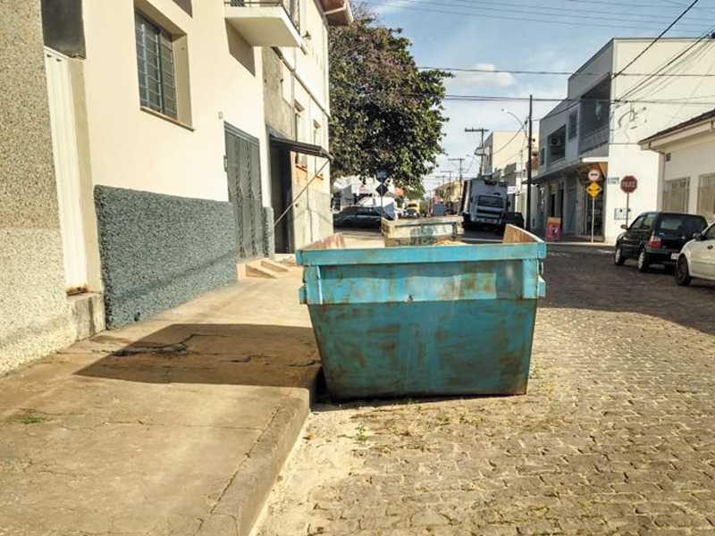 Caçambas na Rua Ananias Alves Ferreira, centro, sem nenhuma fita refletiva