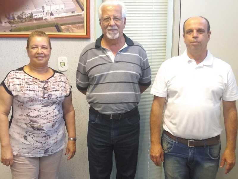 O presidente da ACISSP, Ailton Sillos entre os diretóres da MULTIMOV Zélia Aparecida da Costa e José D´arc da Costa
