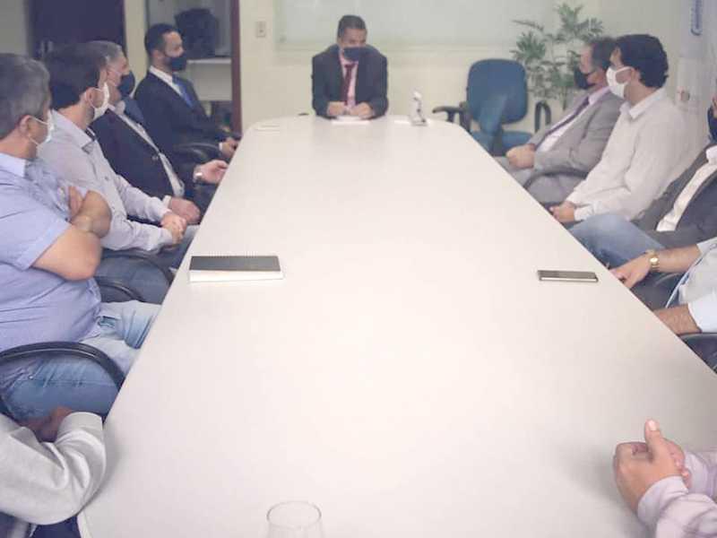 Secretariado tomou posse no gabinete do prefeito e em seguida foram para sala de reuniões para traçarem as primeiras ações da nova Administração