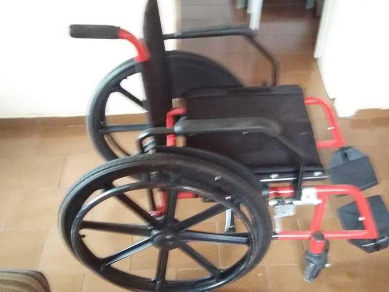 CADEIRADE RODAS -Vende-se cadeira de rodas, nova, sem uso. Por R$ 800,00. Tratar (35) 9 8824-3321.