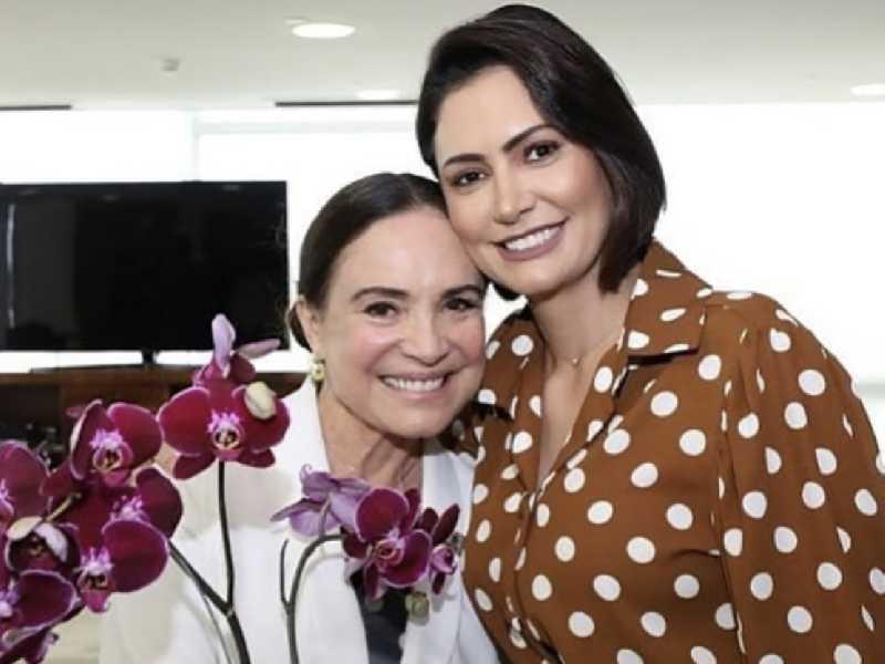 Na concorrida solenidade de posse, a nova secretária especial da Cultura do Ministério do Turismo, Regina Duarte com a primeira dama do país, Michelle Bolsonaro