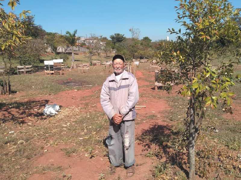 Sr. Heleno Ferreira Campos , 89 anos de idade , pessoa simples , mas de um valor imensurável, que merece  todo apoio e aplausos por preservar e melhorar o Meio Ambiente
