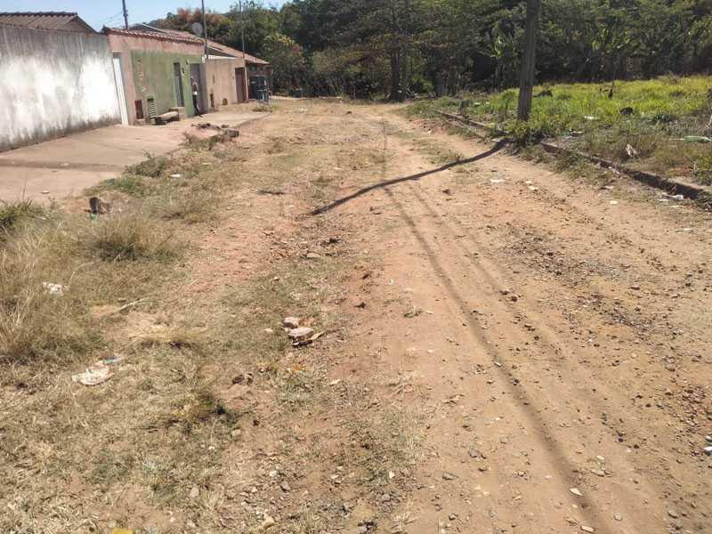 Na Rua Geraldo Duarte no Jardim das Acácias, há quase trinta anos moradores sofrem com poeira, lama e buracos