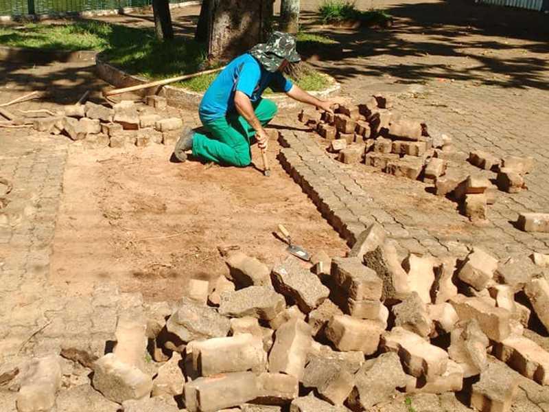 Calceteiro trabalhando na reforma do calçamento  em torno da Praça Santa Paula Frassinetti, Lagoinha