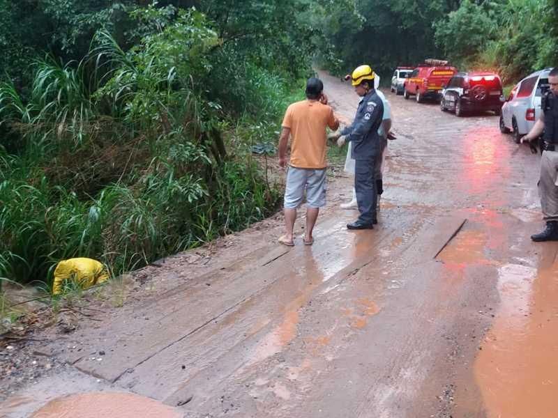 Córrego que atravessa uma estrada rural de acesso à região do Morro Vermelho