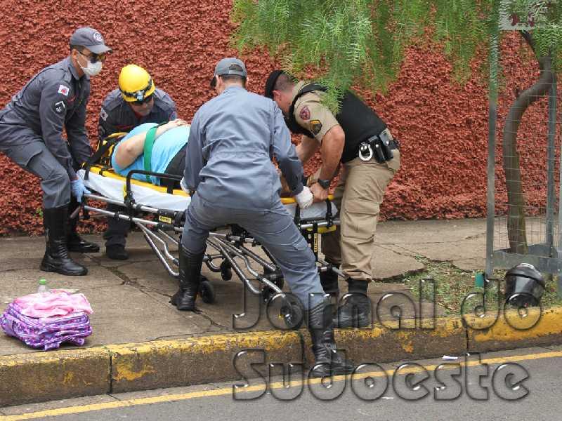 Uma moto, uma camionete e uma Fiorino se envolveram numa colisão no cruzamento