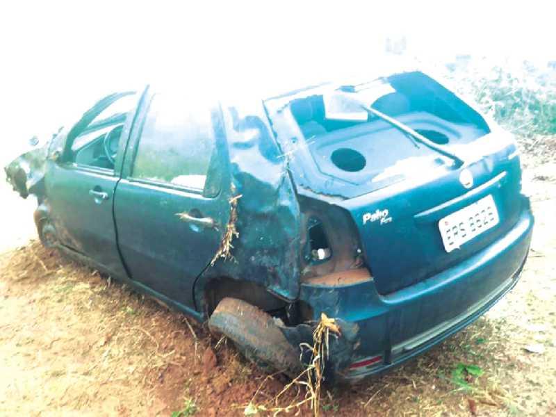 Veículo ficou parcialmente destruído após sair da pista em um trecho de reta e com uma curva