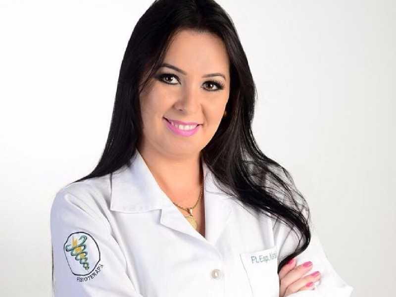 A fisioterapeuta Natália Moreira realiza trabalho de assistência ao idoso em  domicílio e mantém um grupo de apoio ao idoso em situação de vulnerabilidade