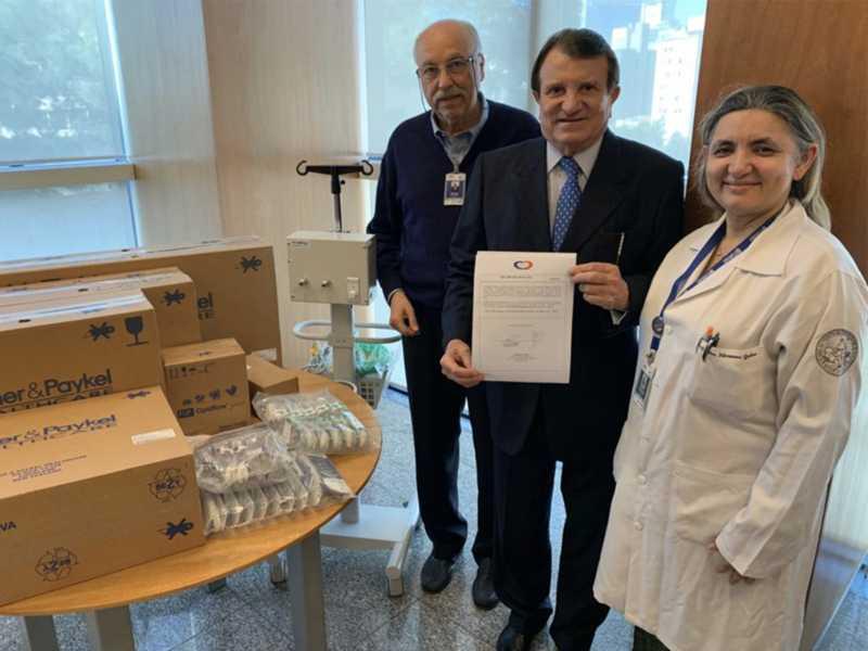 Estenio Campelo recebendo os agradecimentos dos diretores do INCOR de São Paulo, os médicos Edson Fayad e Filomena, pela doação feita