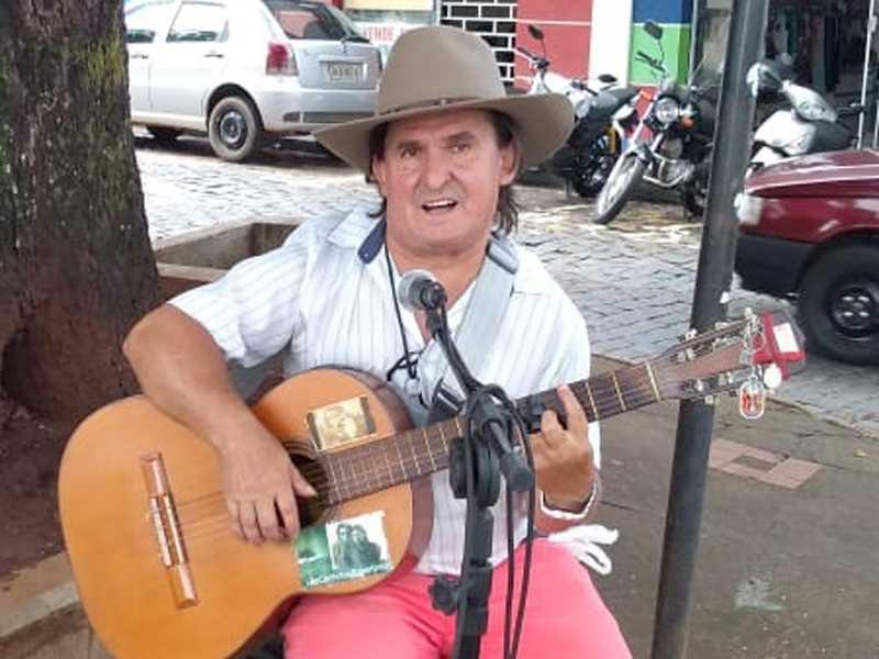 O cantor sertanejo Odair de Castro gravou um CD  com 18 músicas que estão no YouTube