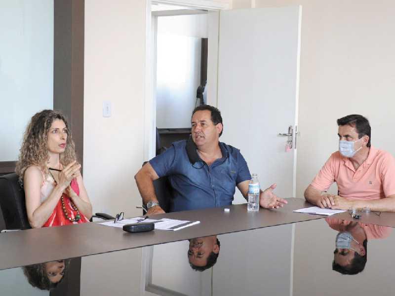 Servidora do Departamento de Cultura, Marília Pereira, o secretário de Esporte e Cultura, Emerson Ramos e o vereador Luiz de Paula