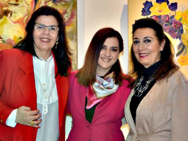 Em noite cultural em São Paulo, Sula Costa ladeada pelas curadoras da Inn Gallery, Miriana Lagazzi e Carmen Pousada