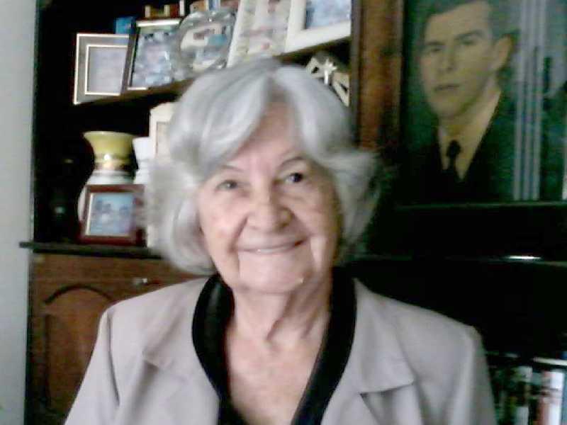 A poetisa e escritora, acadêmica Eliana Mumic Ferreira recebe cumprimentos, segunda, dia 19.