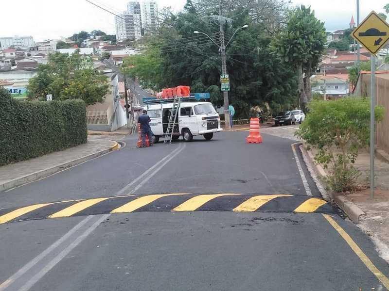 Rua Geraldo Marcolini recebeu dois dispositivos
