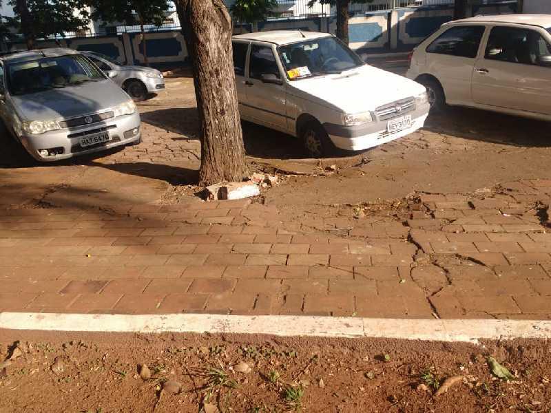 Calçada com vários obstáculos que tem provocado a queda e reclamações de pedestres que passam pela Praça João Pio de F. Westin , ou Praça da Santa Casa, no bairro Mocoquinha