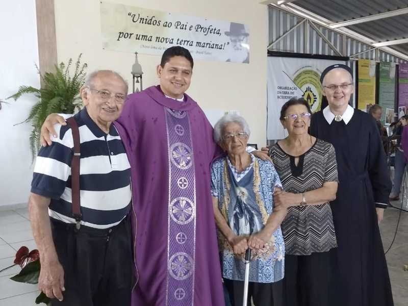 Na foto, a aniversariante ladeada pelo seu irmão Antônio Thomé, capelão Costa, sua irmã Judith e a freira Clades. Todas as homenagens para esta Rosa que é uma flor de pessoa