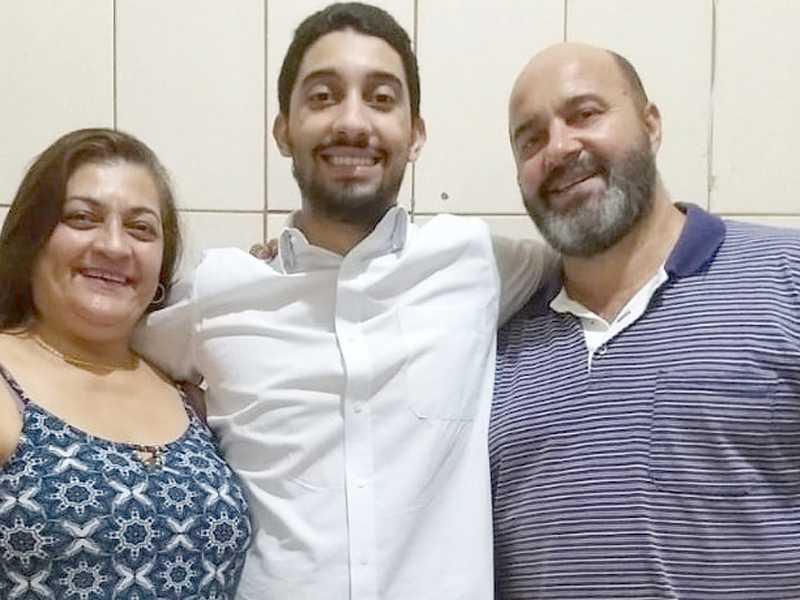 Matheus Urias Cruz Santos colou grau em Odontologia na FORP USP, solenidade realizada quinta (28/1). Seus pais, Maria Cecília e João Santos o parabenizam, almejando que Deus o ilumine em sua profissão.