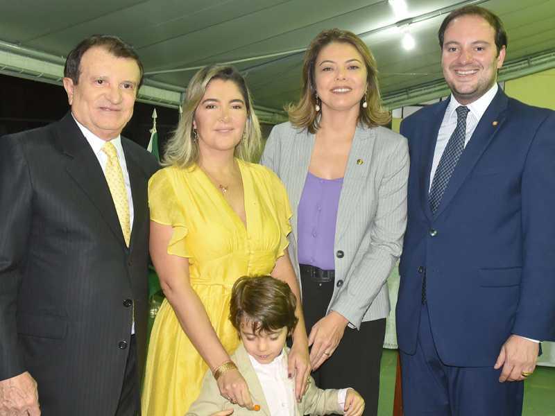 Em concorrida sessão solene na Casa do Ceará, o advogado Estenio Campelo com sua Ana Cristina e os filhos, João Gabriel e Guilherme, ladeando a senadora Leila Gomes de Barros
