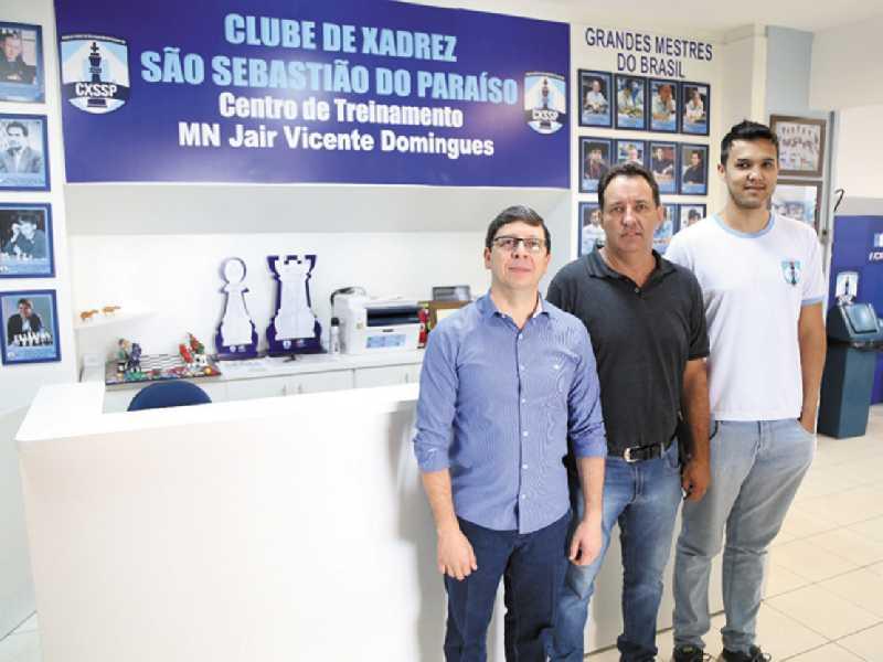 Prefeito Walker Américo, secretário Emerson  Ramos de Mello e professor Dwlyan Santos no  Clube de Xadrez de São Sebastião do Paraíso